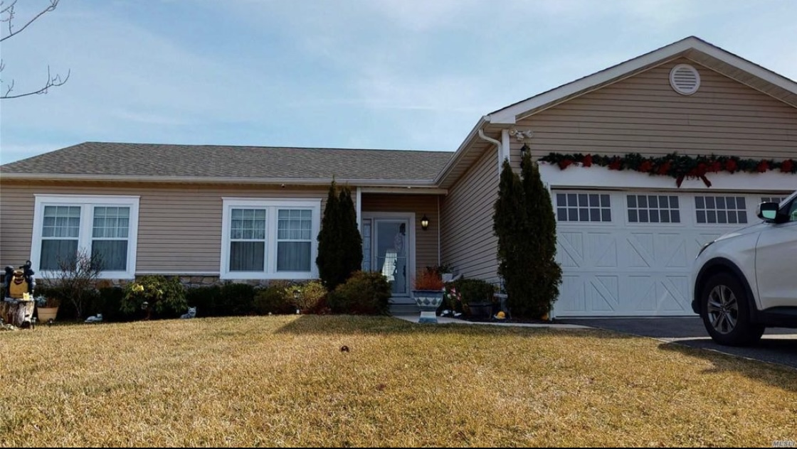 191 Flowers Rd, Shirley, NY